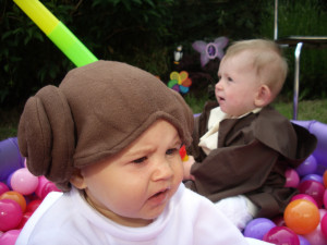 babies dressed as princess leia and obi wan